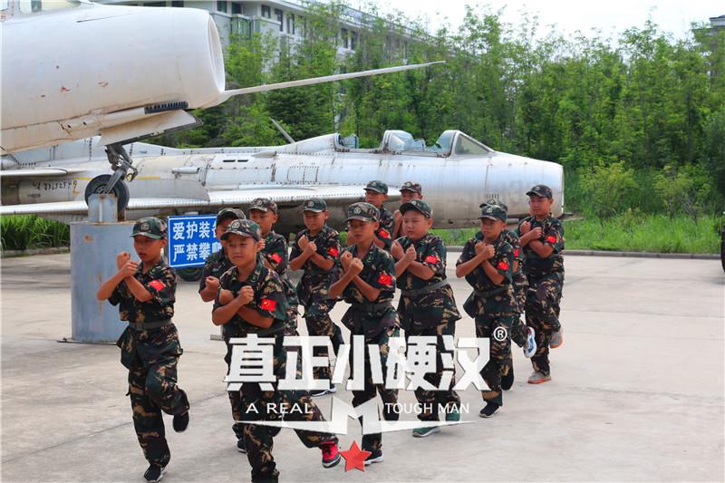 夏令营首选|真正小硬汉2021(济南)小硬汉军事夏令营火热报名中。